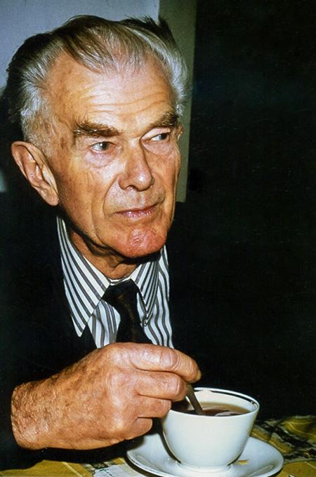 Joseph Mader trinkt Kaffee