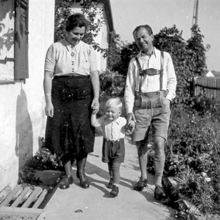 Nachkriegszeit Joseph Mader mit Frau und Kind