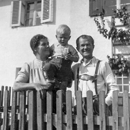 Nachkriegszeit Familie Mader am Zaun